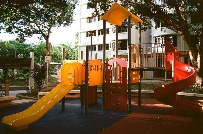 Aire de jeux extérieur enfant avec un toboggan
