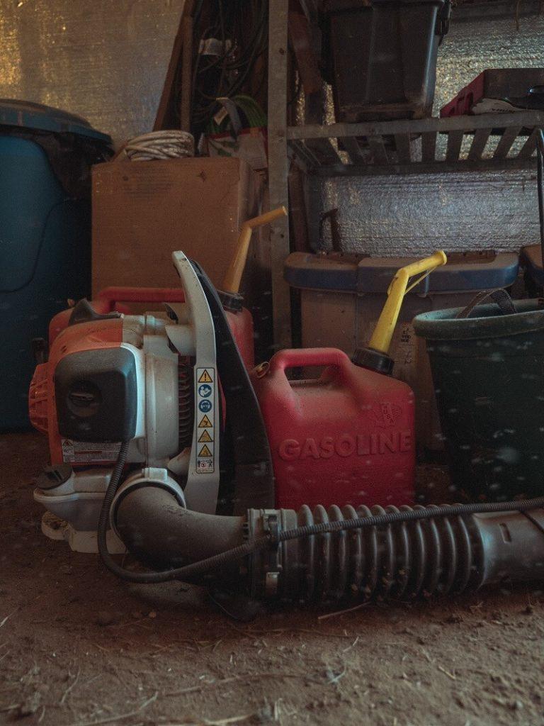 Souffleur de feuilles thermique dans un garage