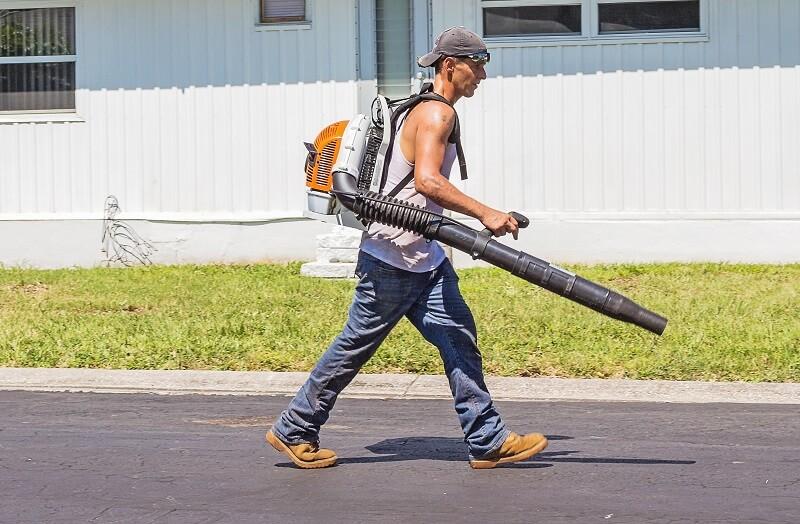 ouvrier avec un Souffleur de feuilles